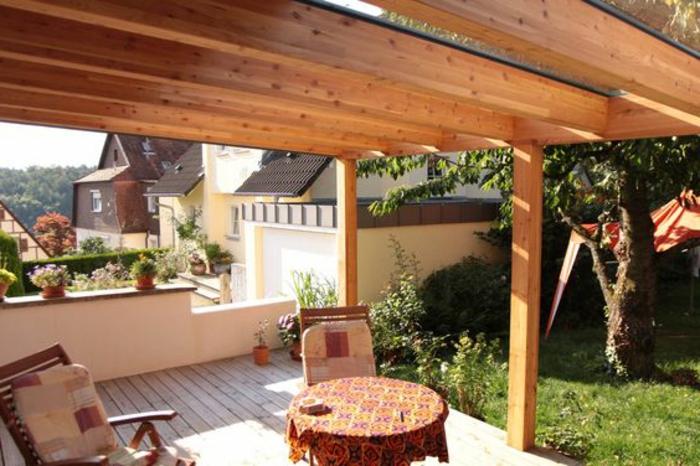 Überdachung Balkon aus Holz selbst bauen Gestaltung runder Tisch