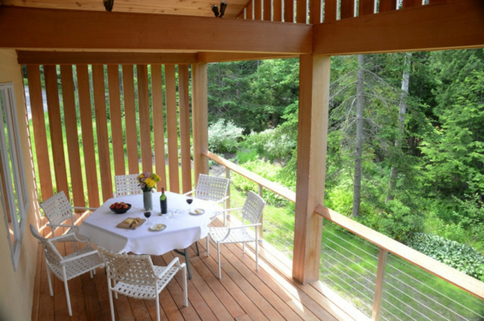 Holz Balkon und Terrasse Dielenboden aus holz runder Esstisch mit Stühlen
