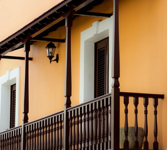 Holz Balkon dunkel braun gelbe Fassade Außen Beleuchtung