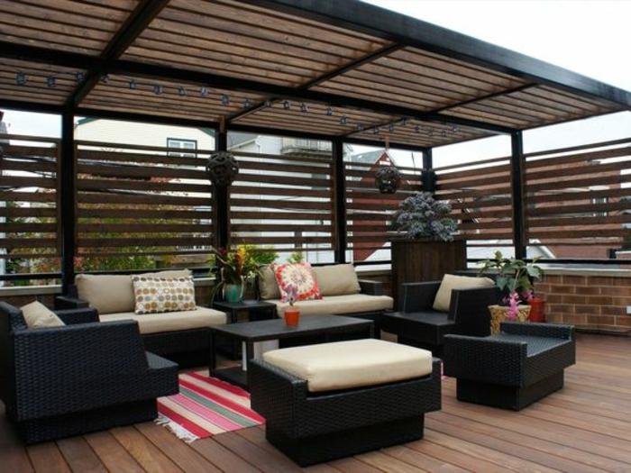 Überdachung Balkon Lounge Sitzgarnitur modern Teppich Deko Kissen