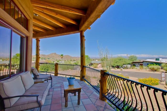 Balkon gemütlich gestalten mit lounge Möbeln und Flisenboden