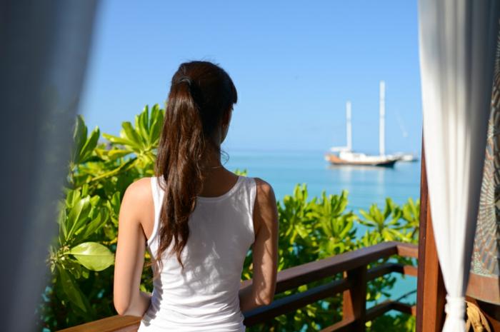 Balkon mit einem schönen Sicht ans Meer Holz Terrasse