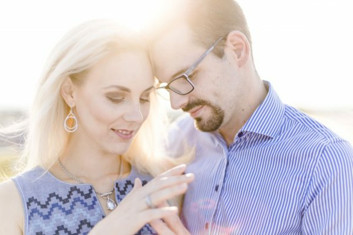 Paar Ringe kaufen schönes Paar Verlobung Sonnenuntergang Foto