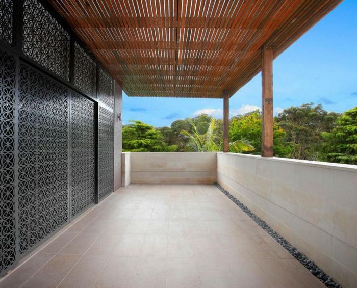 große Terrasse mit Fliesen und Holz Beschattung Überdachung bauen