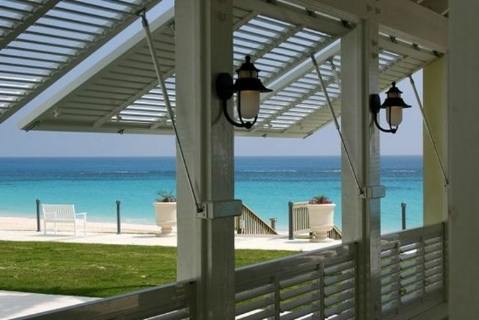 strand Villa Balkon oder Terrasse aus Holz Sicht und Sonnenschutz