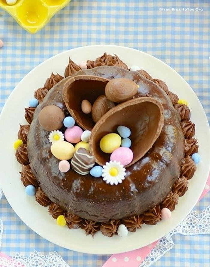 Ostertorte Schoko mit schöner dekoration schoko-eier top torte auf dem teller