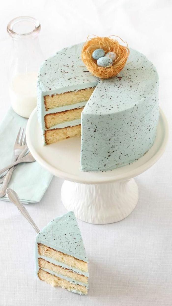 gesprenkelte Eierlikör Torte mit Osternest Deko zum Osterfest