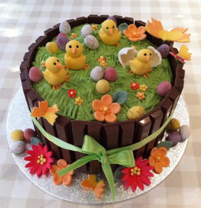 Motivtorte osterkorb KitKat Torte Fondant Küken Blumen und Eier