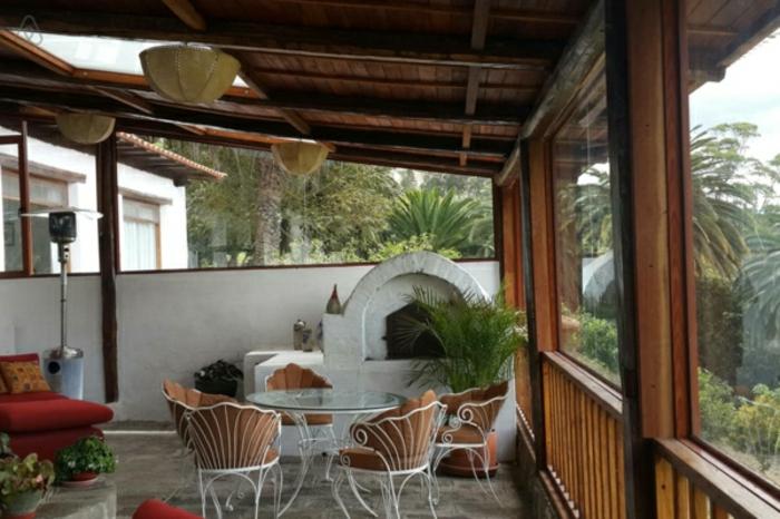 Balkon Gestaltung mit Holz Überdachung eingebauter kamin design