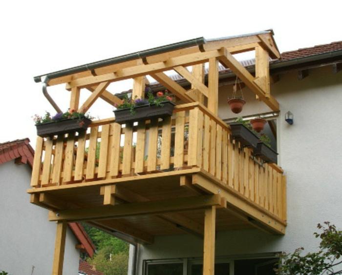 Balkon bauen Holz Verzierung Pflanzen Balkonüberdachung