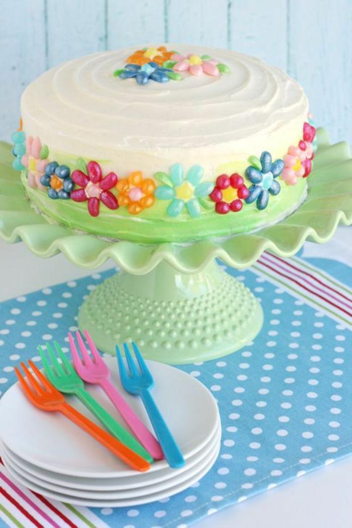 cremige Torte zum Ostern selber herstellen und mit blumenmotiven verzieren