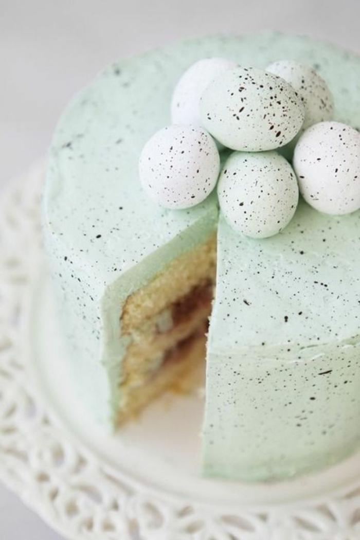 gesprenkelte Eier dekorieren die Oster Torte mit Eierlikör