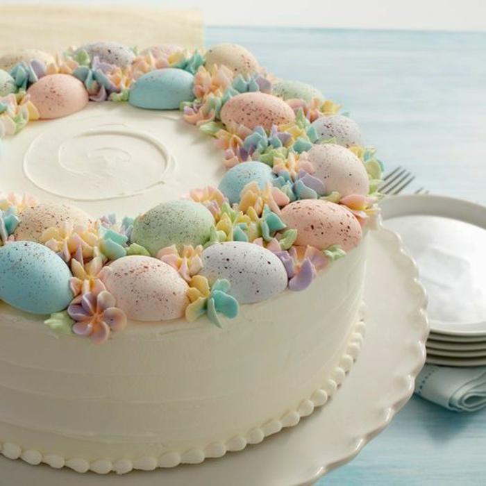osterdeko torte frühlingsfarben und bunte gesprenkelte eier