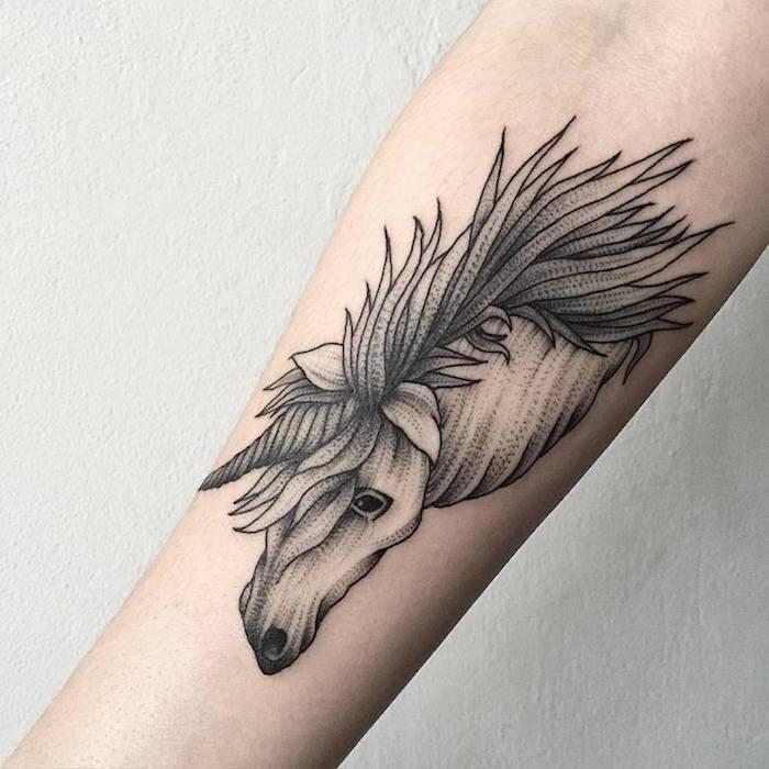 Blackwork Tattoo, ein Einhorn Tattoo mit Tränen in den Augen dem Kopf mit schönen Horn