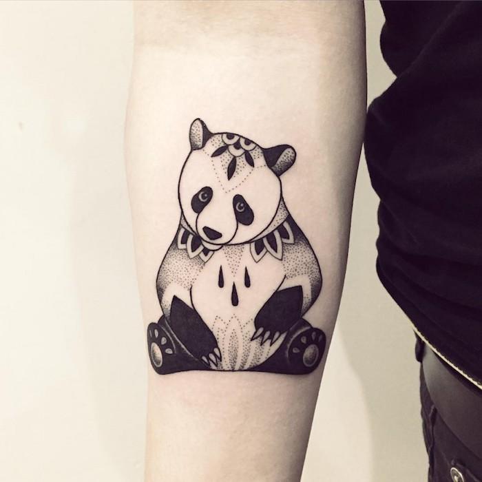 Blackwork Tattoo von einem Panda mit Flecken wie Blumen Muster ganz originell