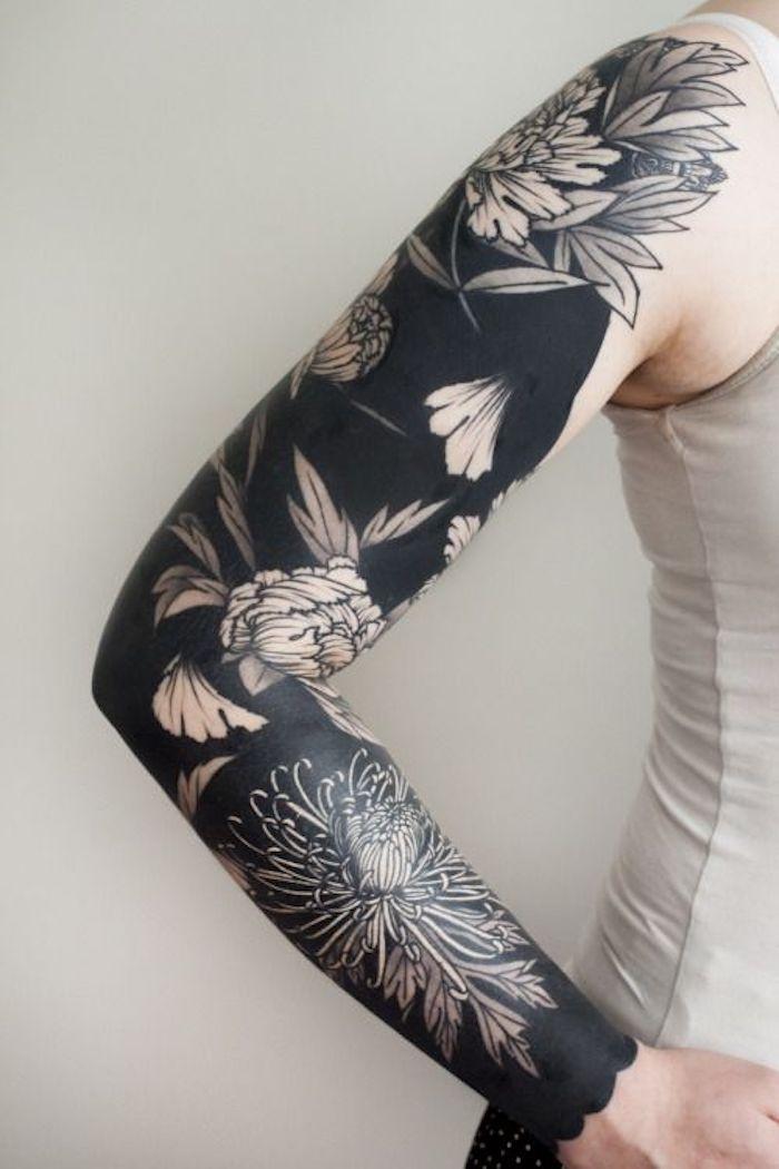 ein ganzes schwarzes Tattoo mit Blumen am ganzen Arm - Blackwork Tattoo