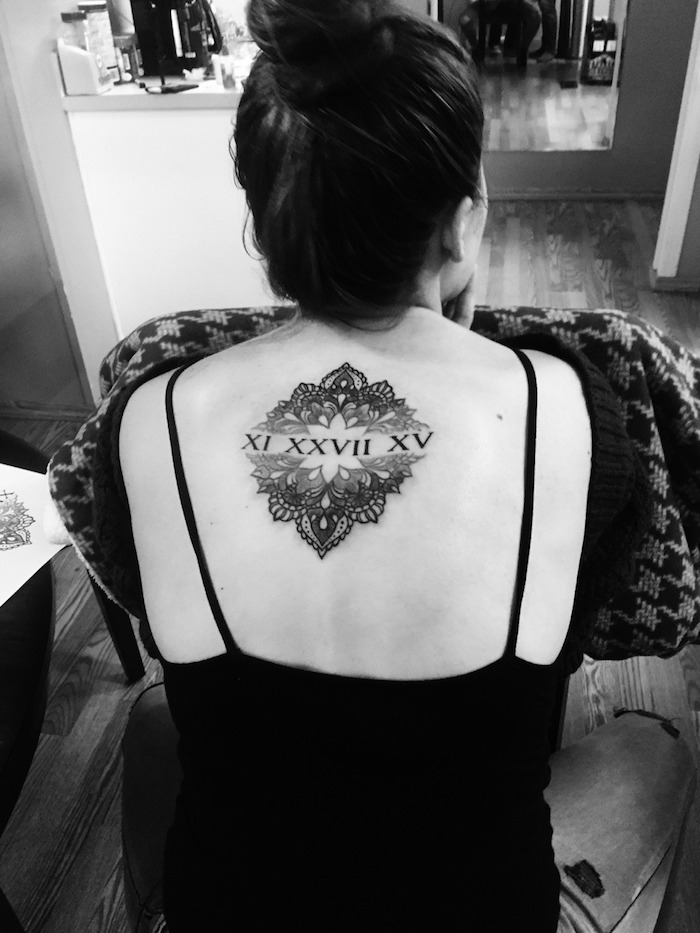 Mandala Tattoo Tattoo geometric Blackwork Tattoo mit dem römischen Ziffern in der Mitte