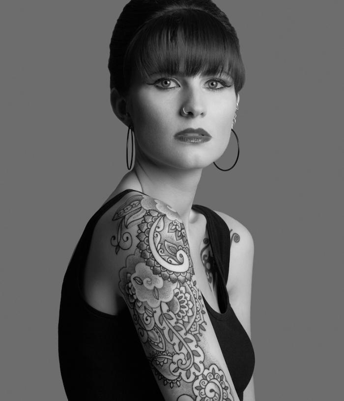 Tattoo mit abstrakten Muster, Blackwork Tattoo für eine junge Dame, am Oberarm und Schulter