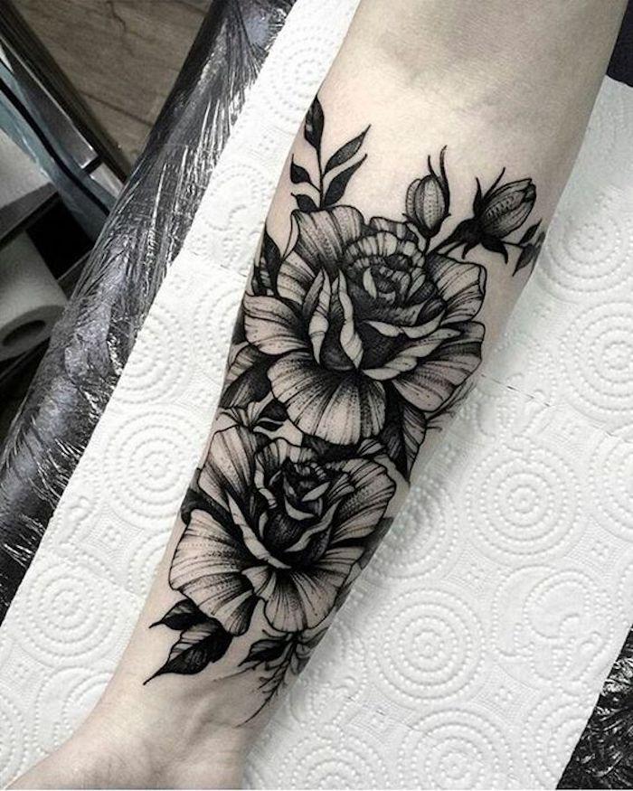 zwei Blumen aufeinander Rosen in voller Blüte, Augen und Blätter - Blackwork Tattoo