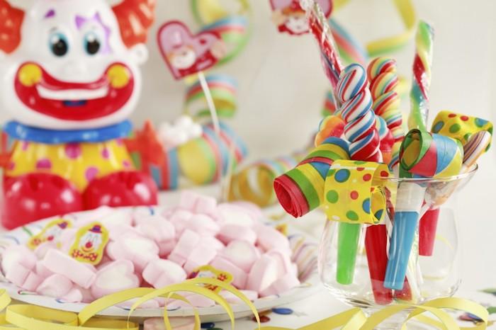 Geburtstagsfeier, Geburtstagsdeko, zum Geburtstag naschen, Papier-Pfeifen