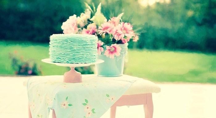 zum Geburtstag viel Glück, Torte mit blauem Guss, Blumenstraus aus rosa Blumen