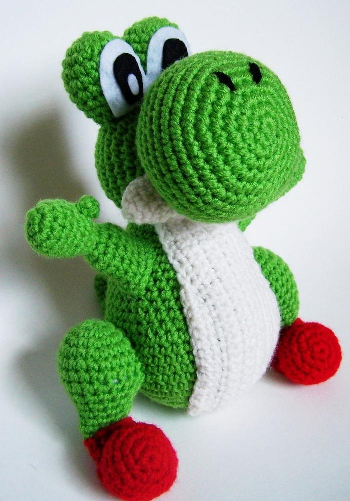 grüner Drache wie ein Frosch aussehend aus einer Serie für Kinder - Amigurumi häkeln