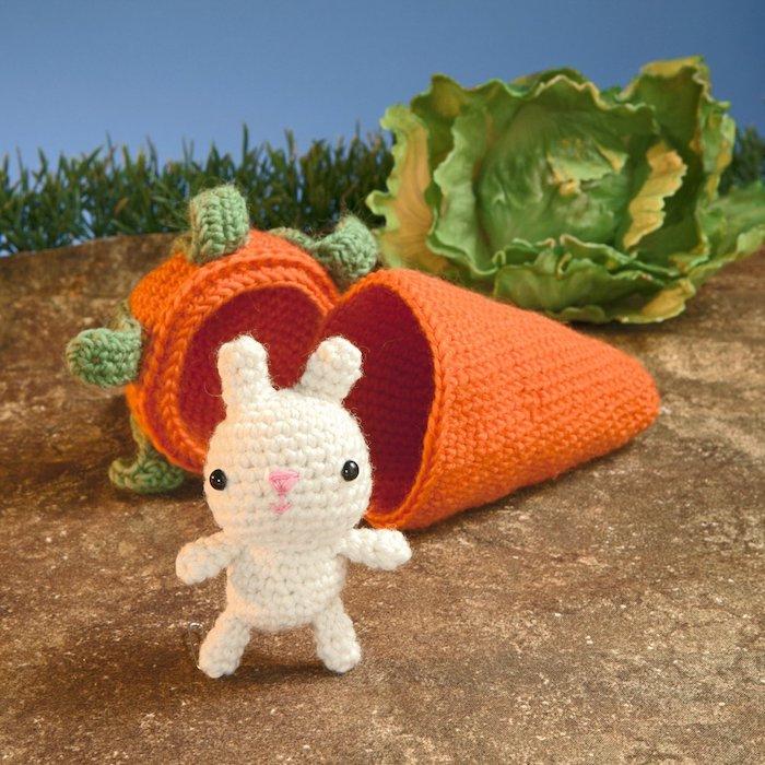 eine gehäkelte Karotte mit Loch, wo das Kaninchen leben kann - Amigurumi häkeln