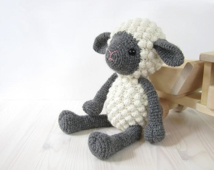 ein Schaf mit spezieller Technik gehäkelt um flauschig auszusehen Amigurumi häkeln