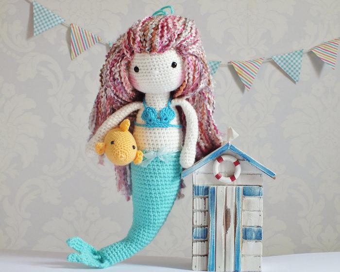eine blaue Meerjungfrau mit buntem Haar und gelber Fisch unter dem Arm Glücksbringer häkeln