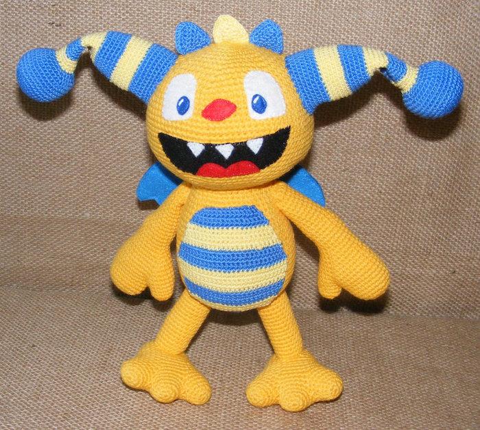seltsames Geschöpf in gelber und blauer Farbe mit geöffnetem Mund - Glücksbringer häkeln