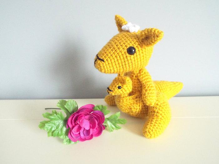 gelbe Känguru - die Mutter und ihr Jüngling mit einer weißen Blumen am Kopf