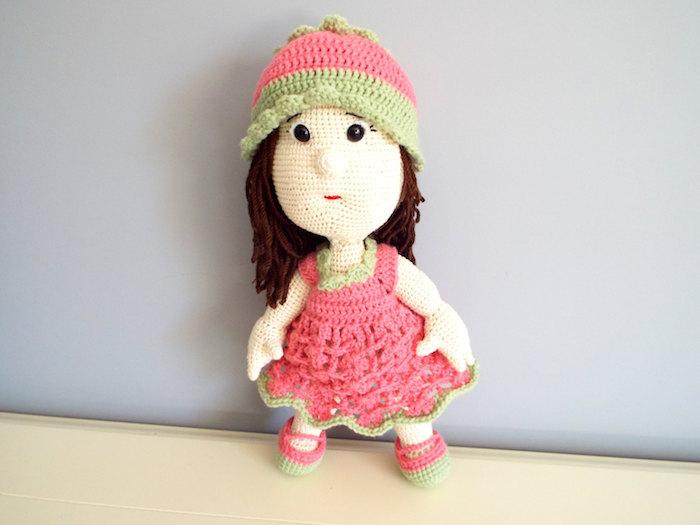 eine Puppe mit rosa und grünes Kleid, kleine schwarze Knopfaugen und braunes Haar - Glücksbringer häkeln