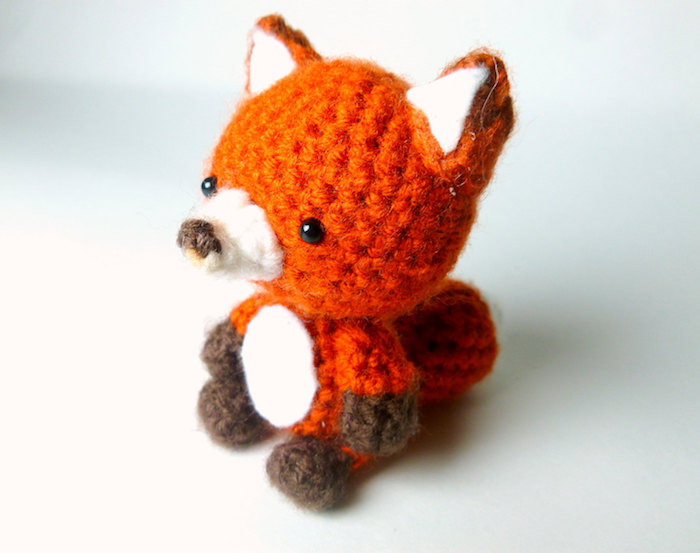 ein kleiner niedlicher Fuchs mit braunem am Pfoten - Glücksbringer basteln