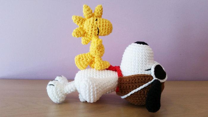 Snoopy ein Hund aus Kinder Animationsserie und sein Freund Glücksbringer häkeln