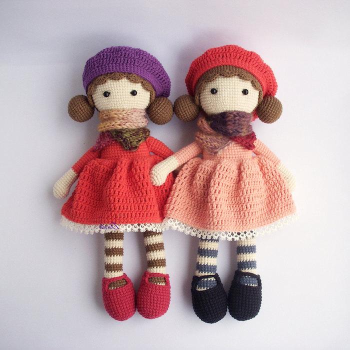 zwei Puppen mit zwei verschiedene Kleider und entsprechende Schuhe - Glücksbringer häkeln