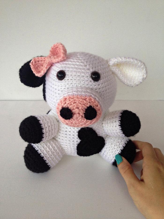 eine kleine niedliche Kuh in weißer Farbe mit rosa Band am Kopf Amigurumi für Anfänger