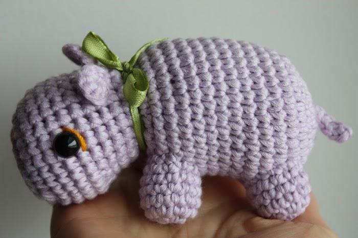 kleiner lila Nilpferd mit traurigen schwarzen Augen, ganz entzückendes Spielzeug