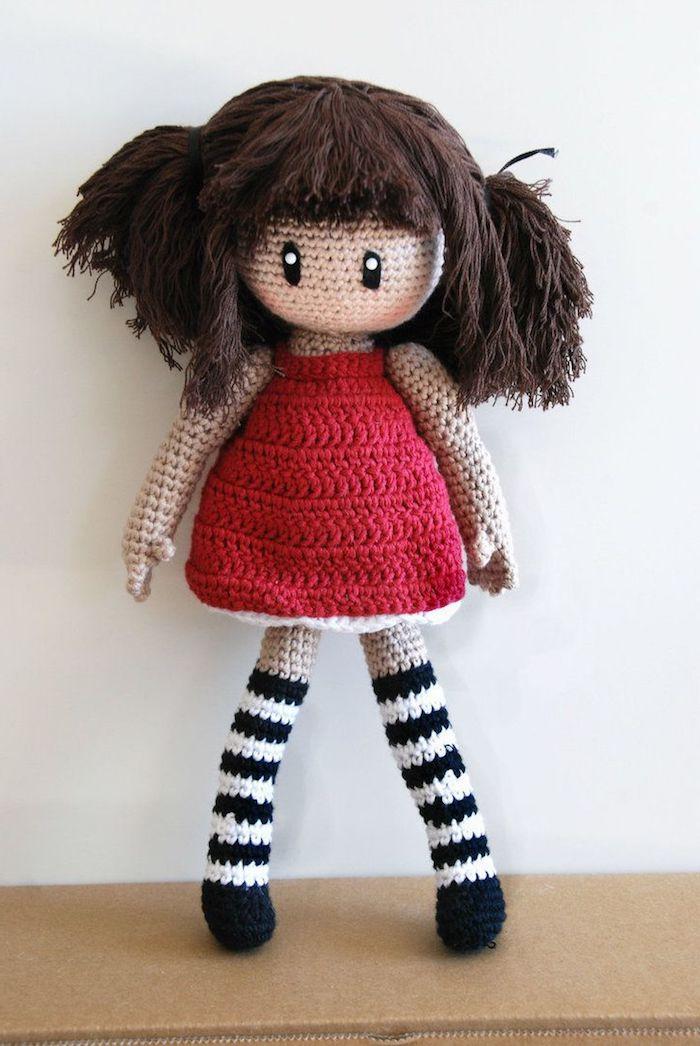 ein rotes Kleid von Puppe mit braunem Kleid und gestreiften Socken - Amigurumi Anleitung