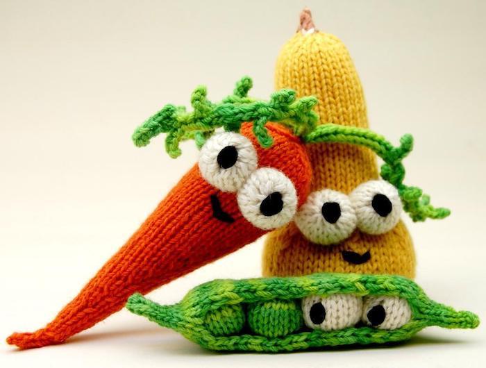 drei Gemüse mit großen weißen Augen in rot, gelb und grün Amigurumi Anleitung