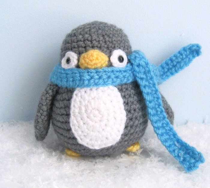 Pinguin häkeln ein graues Vögel mit blauem Schal und weißem Bauch ganz niedlich