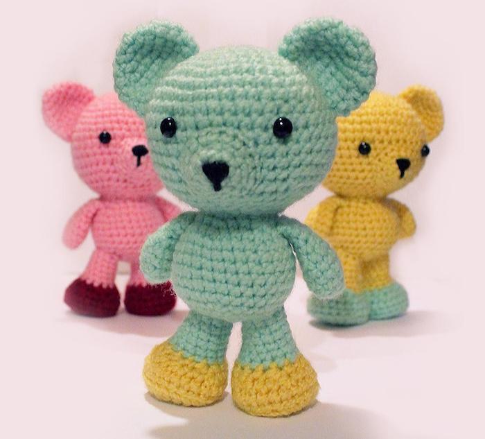 drei Bären in verschiedene Kombinationen - gelb und grün, grün und gelb, rosa und rot - Amigurumi Anleitung