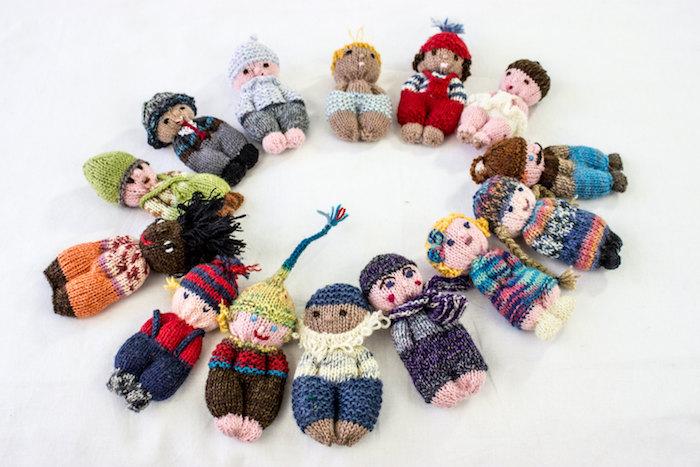 viele kleine Menschleinnen mit verschiedene Kleidung, Helden eines Märchen, Amigurumi Anleitung