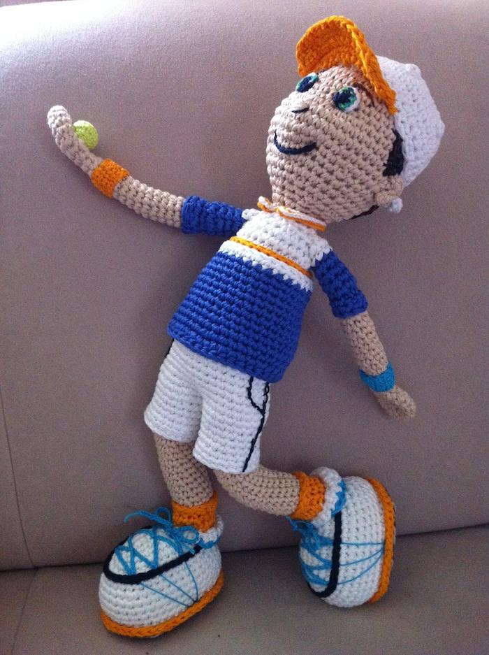 ein Tennisspieler mit voller Sportausrüstung und ein Ball in der Hand - Amigurumi Anleitung