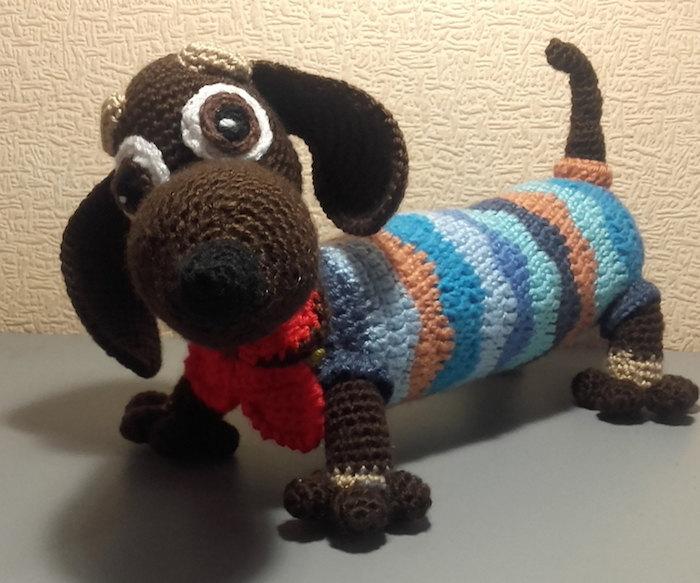 ein Hundchen mit gestreiften Kleid und rotes Band um Hals - Amigurumi Anleitung