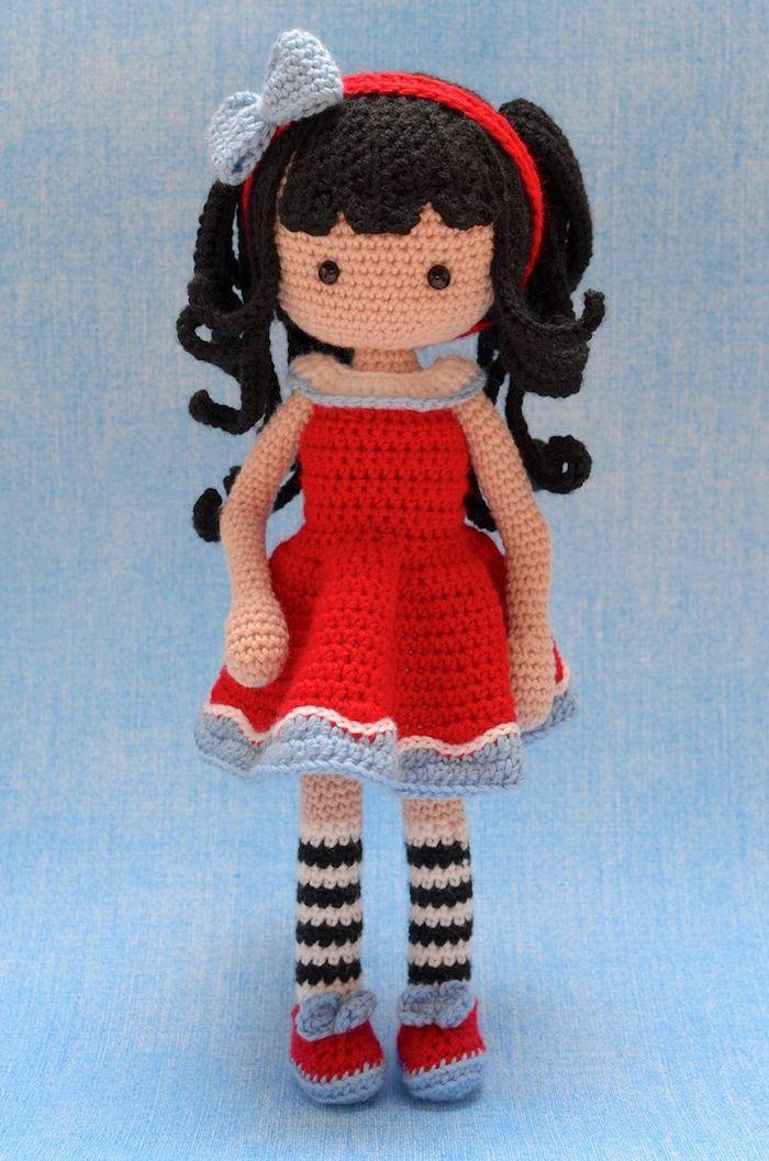 niedliche Puppe mit einem roten Kleid, schwarze Haare und süße Schuhe - Amigurumi Anleitung