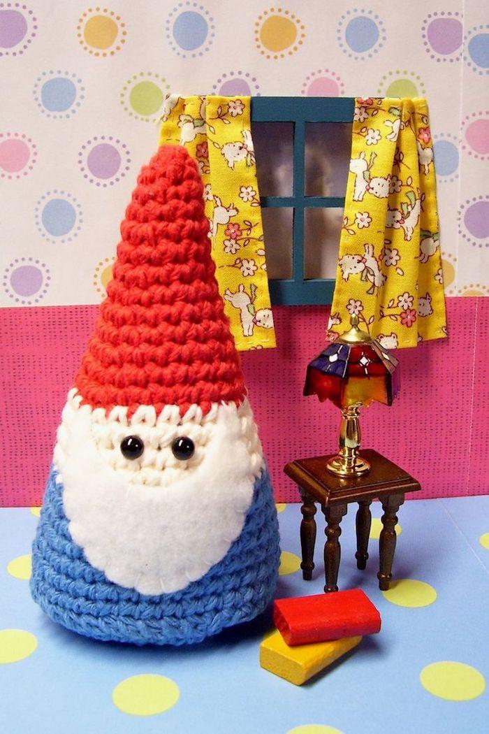 Zwerg mit roter Hut und blaue Kleider, langer weißer Bart - Amigurumi Häkelanleitung