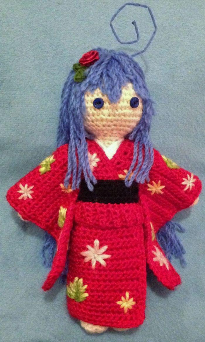 eine japanische Puppe aus anime, lila Haar und rotes Kleid mit einer Rose