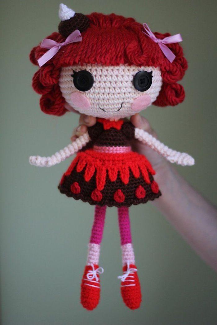 rotes Haar, schwarzes Kleid mit roter Verzierung, weißes Körper - Amigurumi Häckelanleitung