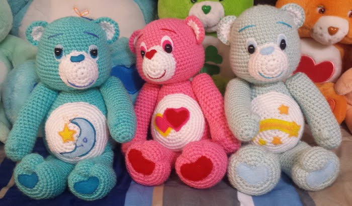 drei Care Bears in verschiedenen Farben mit Mond, Herzen und Sternschnuppe - Amigurumi Häkelanleitung