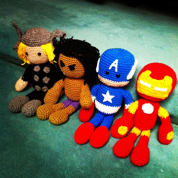 vier Figuren von Avengers Thor, Hulk, Captain Amerika und Ironman - Amigurumi Häkelanleitung